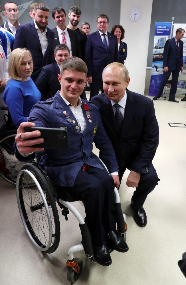 الرئيس فلاديمير بوتين يلتقي مع الرياضي البارالمبي من الفريق الوطني الروسي، في إطار زيارته للجامعة الأولمبية الروسية في سوتشي، 3 ديسمبر 2019