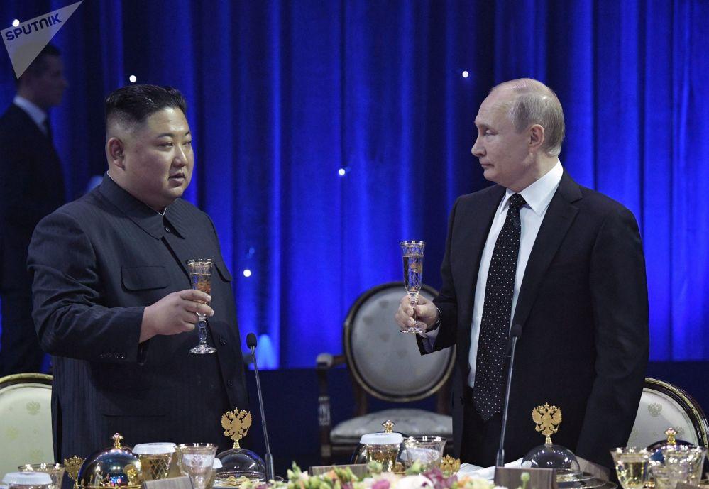 الرئيس فلاديمير بوتين خلال مراسم حفل استقبال رسمي على شرف رئيس مجلس جمهورية كوريا الشمالية كيم جونغ أون، 25 أبريل 2019