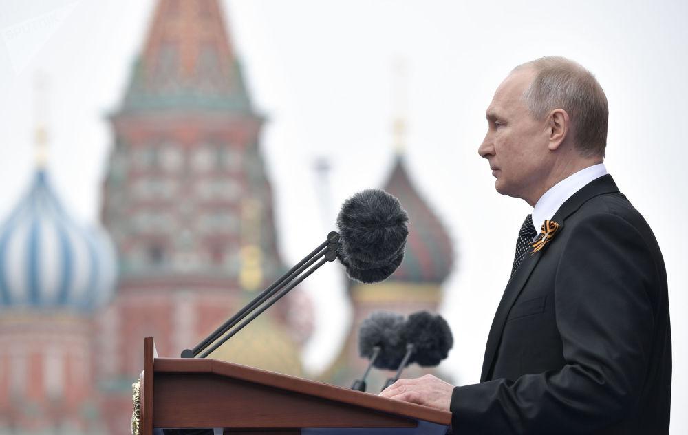 الرئيس فلاديمير بوتين خلال إلقاء الخطاب بمناسبة مرور الذكرى الـ74 لعيد النصر على ألمانيا النازية في الحرب الوطنية العظمى (1941-1945)