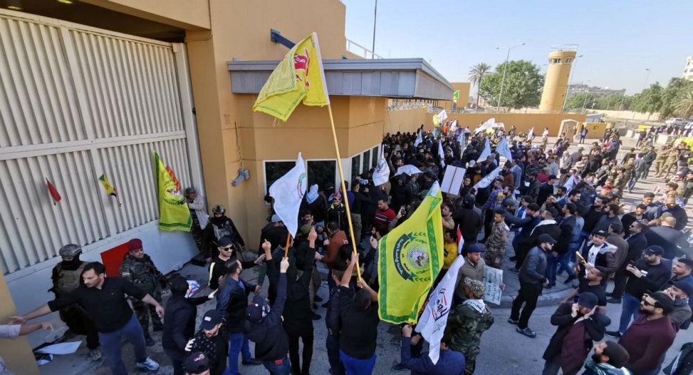 محتجون عراقيون أمام السفارة الأمريكة في بغداد