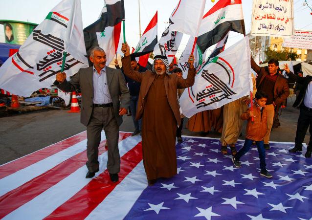 احتجاجات أمام السفارة الأمريكية في بغداد بعد قصف مقار الحشد الشعبي