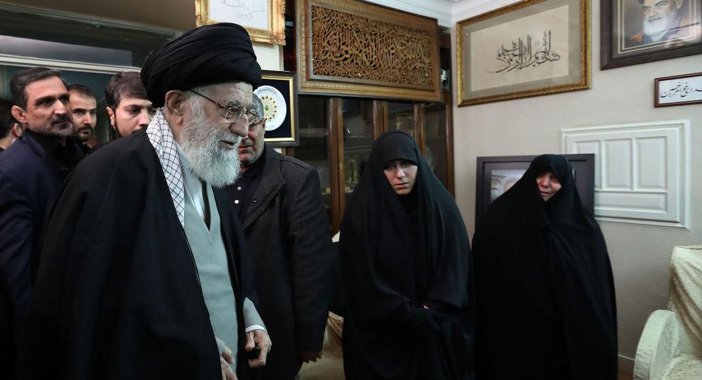 المرشد الأعلى في إيران آيه الله علي خامنئي في منزل قائد فيلق القدس قاسم سليماني
