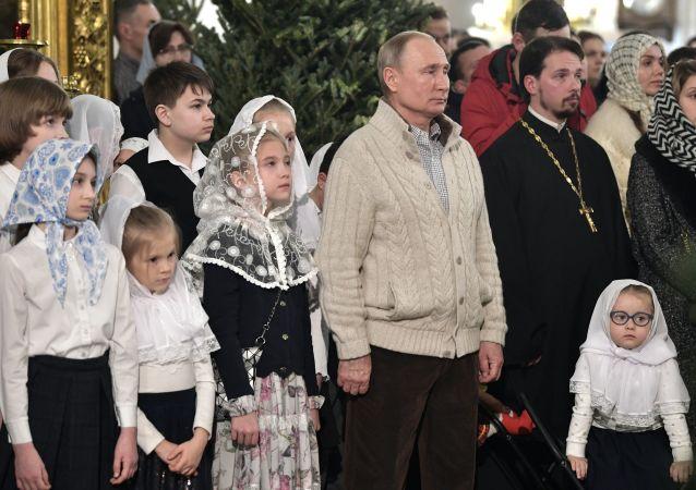 الرئيس الروسي فلاديمير بوتين يحتفل بعيد الميلاد في كاتدرائية التجلي في سانت بطرسبرغ