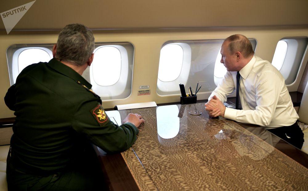 الرئيس الروسي  فلاديمير بوتين ووزير الدفاع الروسي سيرغي شويغو داخل الطائرة في طريقهما إلى سوريا 7 يناير 2020