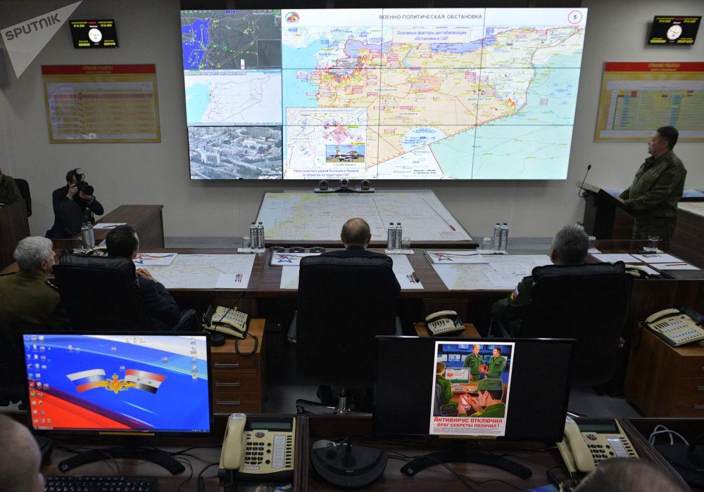 الرئيس الروسي  فلاديمير بوتين ووزير الدفاع الروسي سيرغي شويغو في مقر قيادة القوات المسلحة الروسية، سوريا 7 يناير 2020