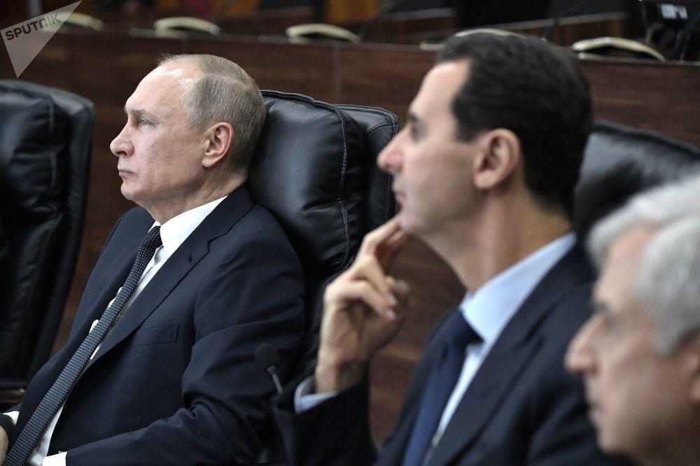 الرئيس الروسي  فلاديمير بوتين والرئيس السوري بشار الأسد أثناء اللقاء في مقر قيادة القوات المسلحة الروسية، سوريا 7 يناير 2020