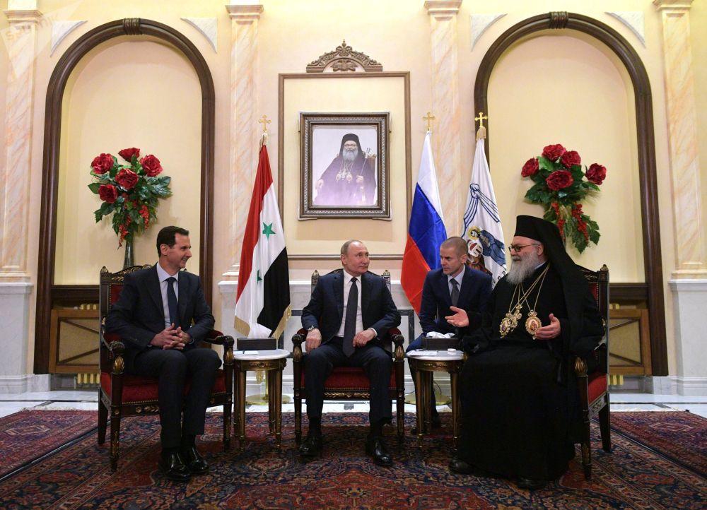الرئيس الروسي  فلاديمير بوتين والرئيس السوري بشار الأسد يلتقيان مع بطريرك أنطاكية وسائر المشرق للروم الأرثوذكس يوحنا العاشر يازجي، سوريا 7 يناير 2020