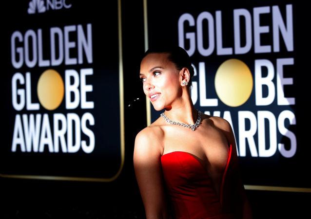 الممثلة الأمريكية سكارليت جوهانسن على السجادة الحمراء، لحضور حفل توزيع جوائز غولدن غلوب في نسخته الـ 77 في بيفرلي هيلز، كاليفورنيا، 5 يناير 2020