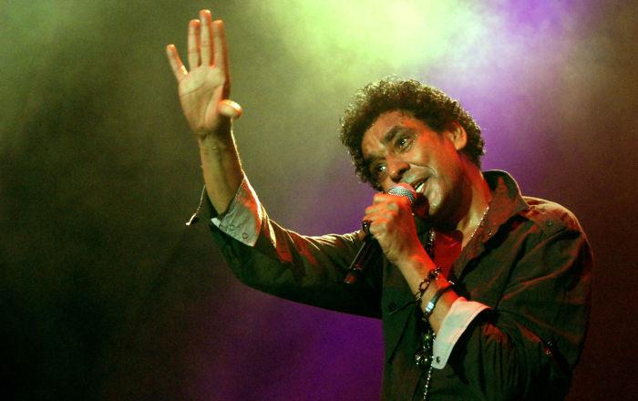 محمد منير يثير مشاعر معجبيه ببكائه في حفله بدون جمهور… فيديو