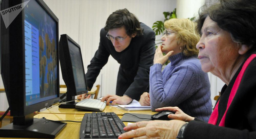 مسنون يتعلمون على الكمبيوتر