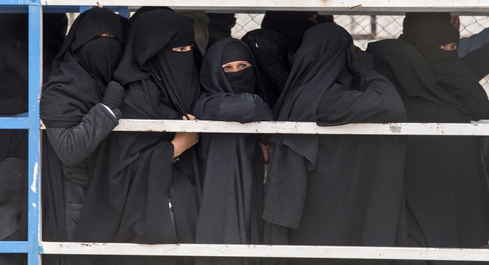 نساء من داعش في معسكر الهول شمال سوريا
