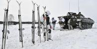جنود من وحدة البنادق الآلية في تدريب التزلج في منطقة كيميروفو