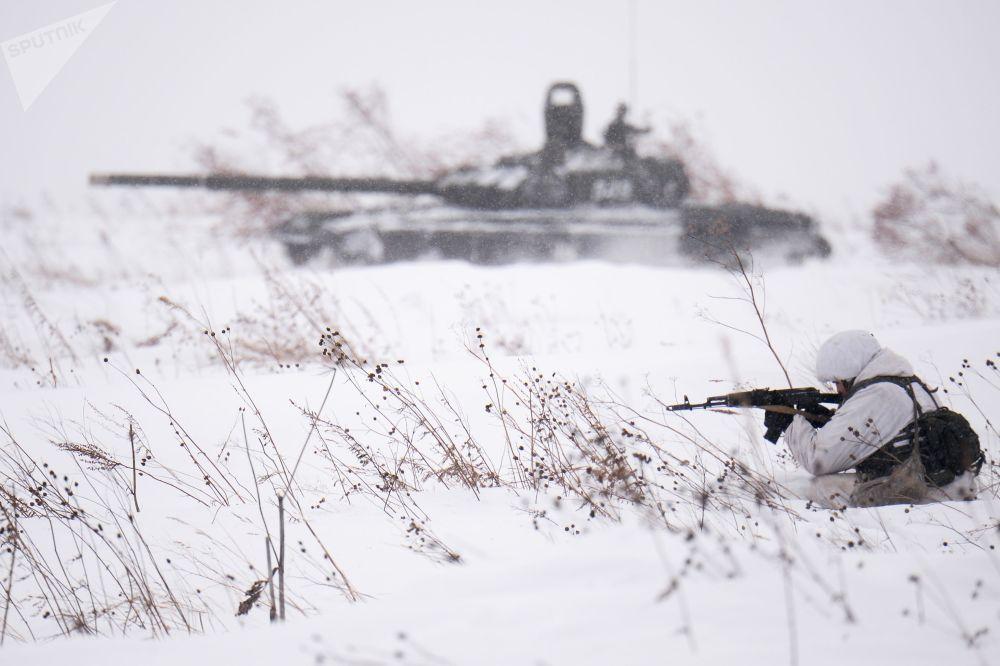 إطلاق النار القتالي كجزء من تدريبات التزلج للعسكريين الروس في منطقة كيميروفو