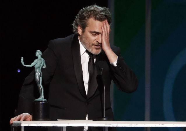 الممثل الأمريكي واكين فينيس عقب فوزه بجائزة نقابة ممثلي الشاشة، في لوس أنجلوس، كاليفورنيا، الولايات المتحدة، 19 يناير/ كانون الثاني 2020