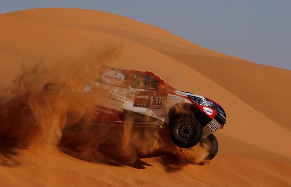 فرناندو ألونسو ومارك كوما، متسابقان إسبانيان من فريق Toyota Gazoo Racing في المرحلة السابعة من السباق