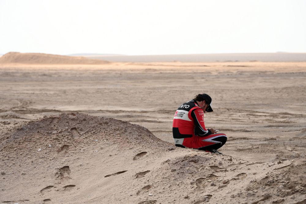 سباق رالي داكار 2020 - الإسباني فرناندو ألونسو من فريق تويوتا، خلال وقف السباق بسبب الظروف المناخية والرياح العاصفة