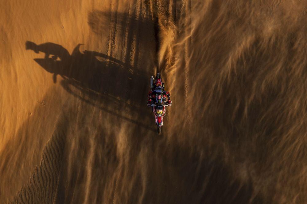 سباق رالي داكار 2020 - خوسيه إغناسيو كورنيخو فلورينو من تشيلي، على دراجة نارية هوندا، خلال المرحلة الحادية عشرة من السباق.