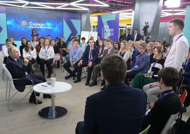 بوتين في لقاء مع طلاب مركز سيريوس التعليمي للأطفال الموهوبين بسوتشي