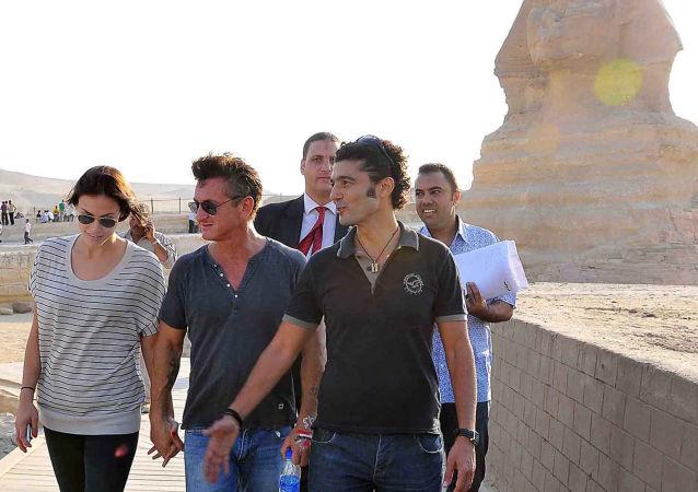 الفنان المصري خالد النبوي مصطحبا الممثل الأمريكي شون بن في جولة بأهرامات الجيزة، القاهرة، 30 سبتمبر/ أيلول 2011
