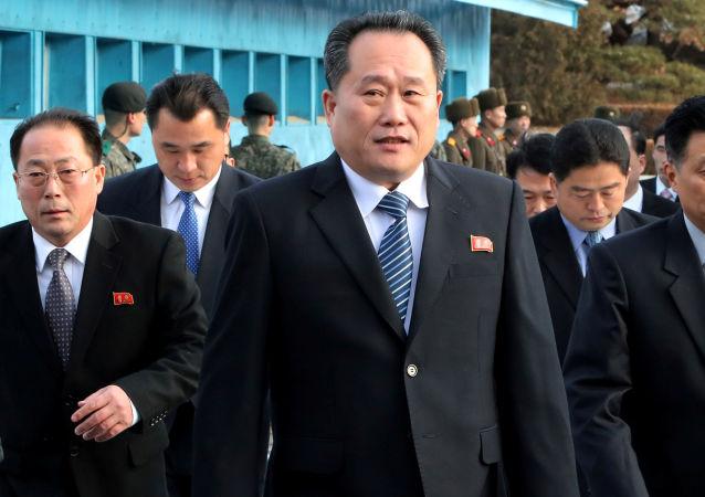 وفد من كوريا الشمالية برئاسة ري سون غون، رئيس لجنة إعادة التوحيد السلمي للبلاد (CPRC)، وزير الخارجية الجديد
