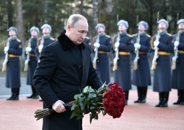 بوتين يضع الزهور على نصب تذكاري للمدافعين عن مدينة لينينغراد