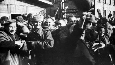 سجناء معسكر أوشفيتز في الدقائق الأولى بعد تحرير المعسكر من قبل الجيش السوفيتي