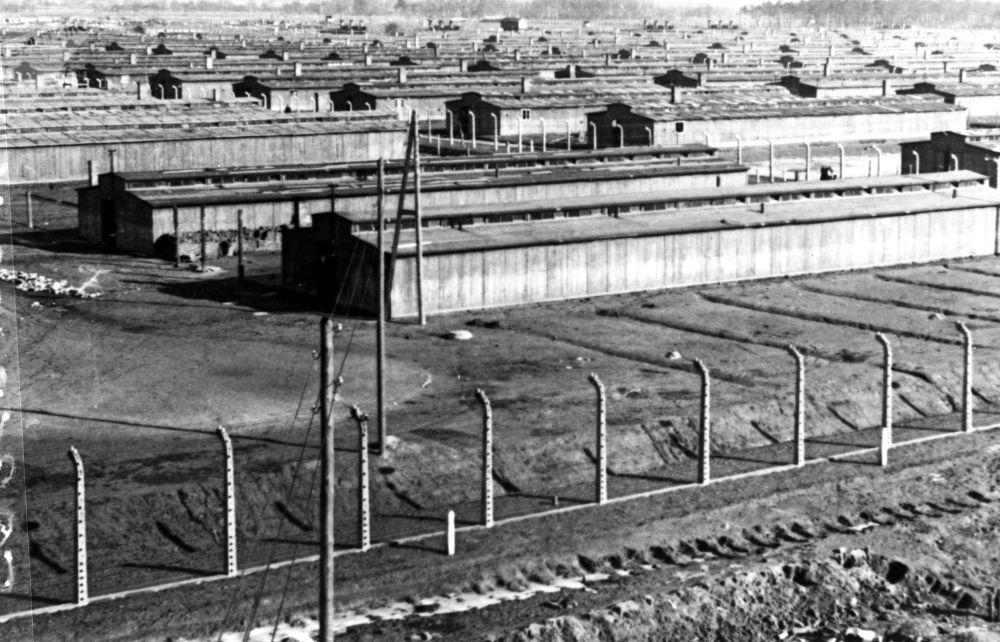 الحرب العالمية الثانية 1939 - 1945. ثكنات معسكر اعتقال أوشفيتز في ينايرم كانون الثاني 1945. يعد معسكر أوشفيتز أكبر معسكرات الإبادة النازية وأكثرها بقاء لفترة زمنية طويلة. لذا، فقد أصبح أحد الرموز الرئيسية للمحرقة (الهولوكوست). وفقًا لوثائق محكمة نورمبرغ، قُتل 2.8 مليون شخص في المعسكر خلال فترة 1941-1945، 90٪ منهم كانوا من اليهود.