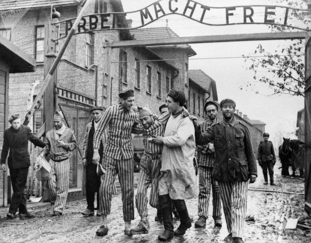سجناء معسكر أوشفينتز في الدقائق الأولى بعد تحرير المعسكر النازي أوشفيتز - بيركيناو على يد الجيش السوفيتي في بولندا