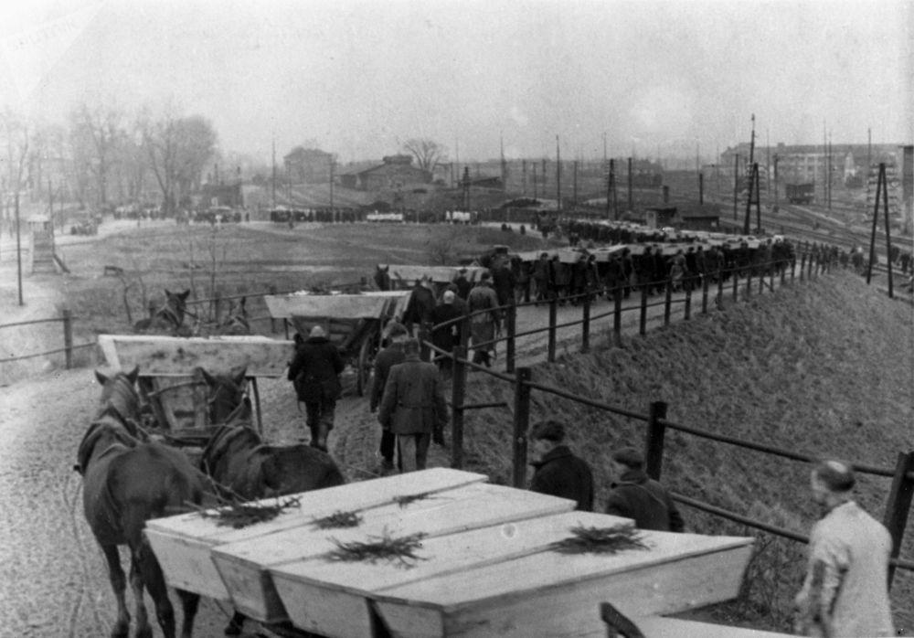 جنازة المعتقلين المتوفين في معسكر أوشفينتز النازي، الذي حرره الجيش الأحمر