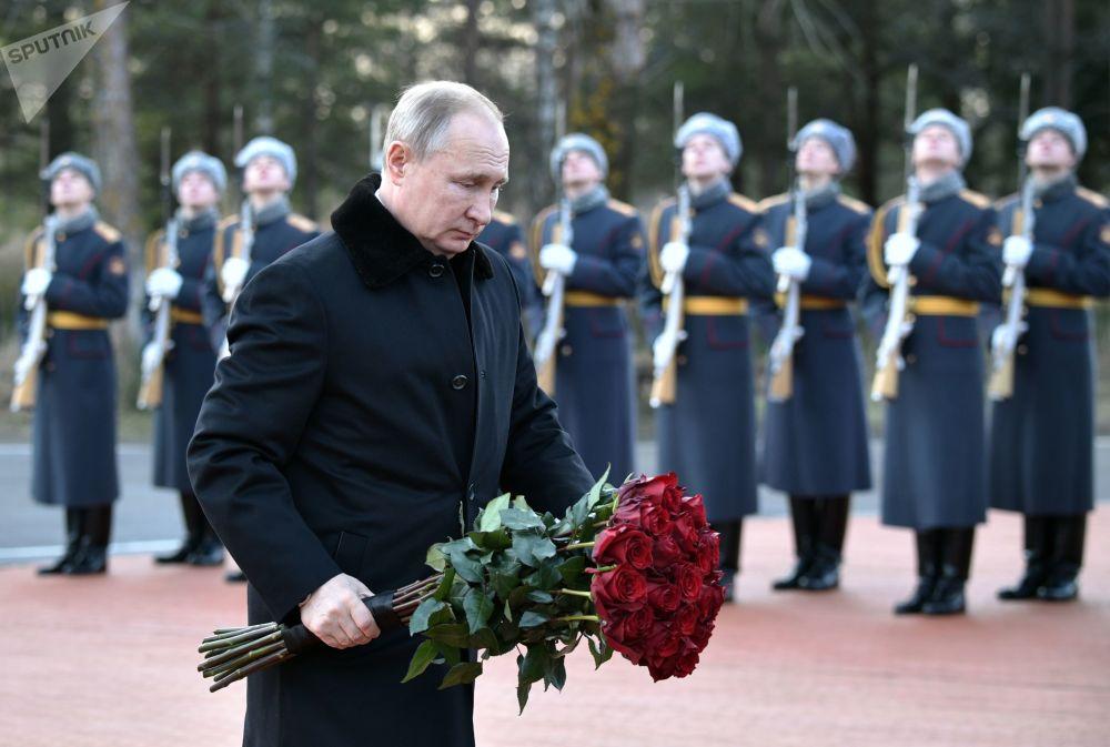 الرئيس الروسي فلاديمير بوتين في حفل وضع أكاليل الزهور على نصب تذكاري روبيجني كامين، تكريما للمحاربين في فترة حصار لينينغراد في الحرب الوطنية العظمى، ضواحي لينينغراد 18 يناير 2020