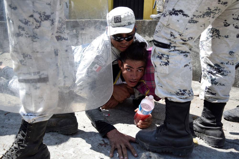 احتجاز مهاجرإلى الولايات المتحدة بالقرب من الحدود بين غواتيمالا والمكسيك، 21 يناير 2020