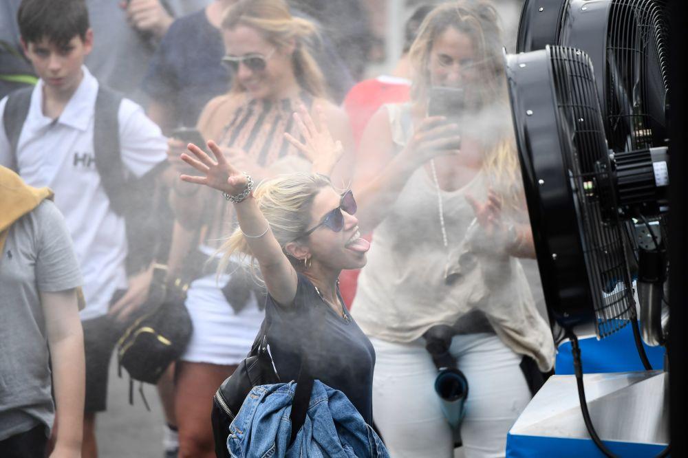 فتاة تبرد نفسها بجانب مكيف الهواء خلال بطولة أستراليا المفتوحة للتنس في ملبورن، 22 يناير 2020