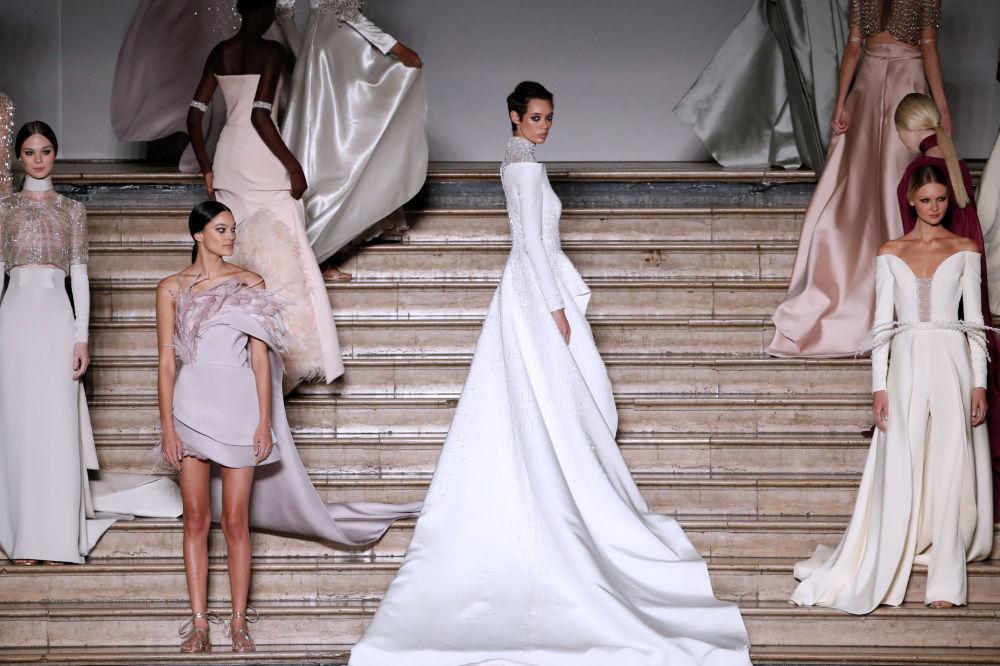 عارضة أزياء تقدم تصميم أنطونيو غريمالدي لمجموعة ربيع-صيف 2020/2021 في أسبوع الموضة في باريس، 20 يناير 2020