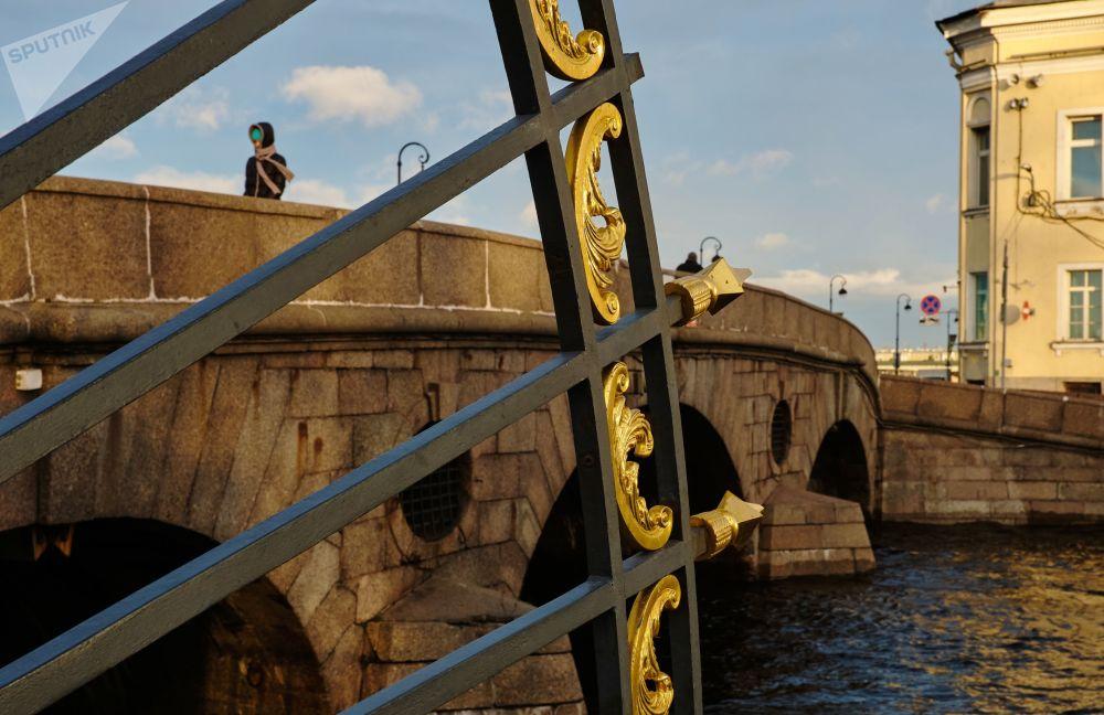 منظر على يطل على جسر براتشيتشني عبر نهر فونتانكا في سان بطرسبورغ