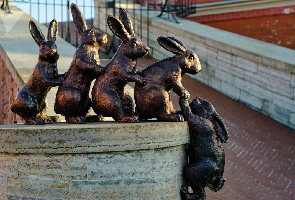 تمثال الأرانب (رمز جزيرة الأرانب) على أراضي قلعة بطرس وبولس في مدينة سان بطرسبورغ