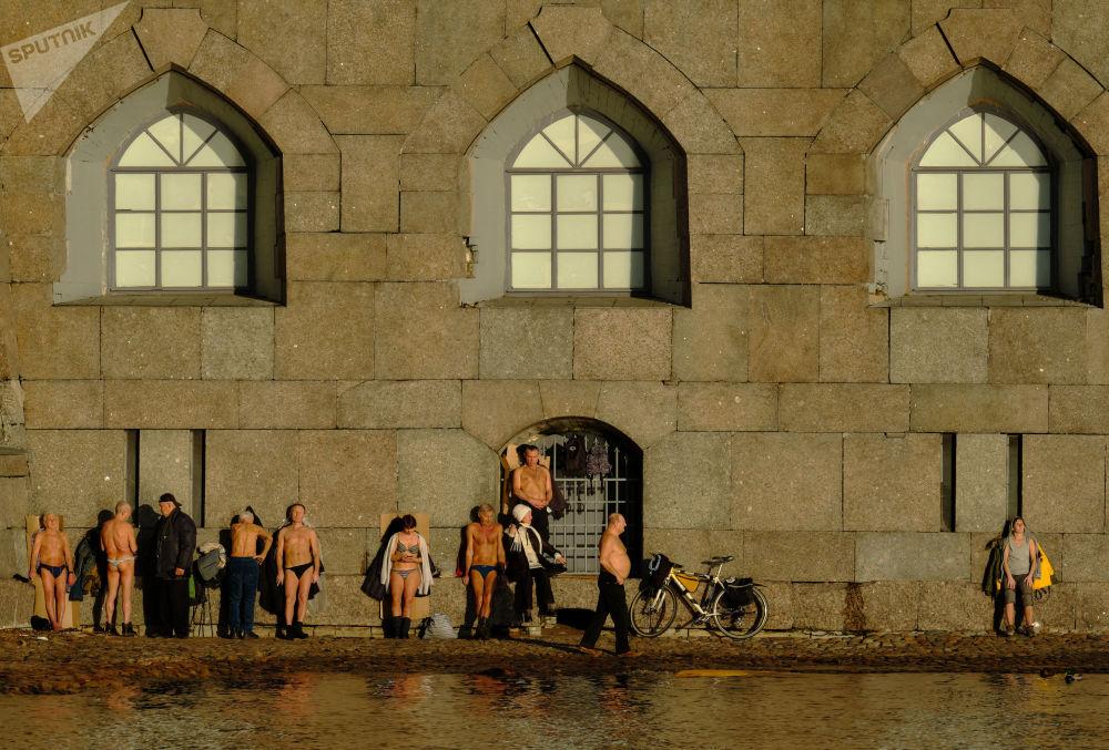 مواطنون يصطفاون على ضفة قلعة بطرس وبولس في مدينة سان بطرسبورغ