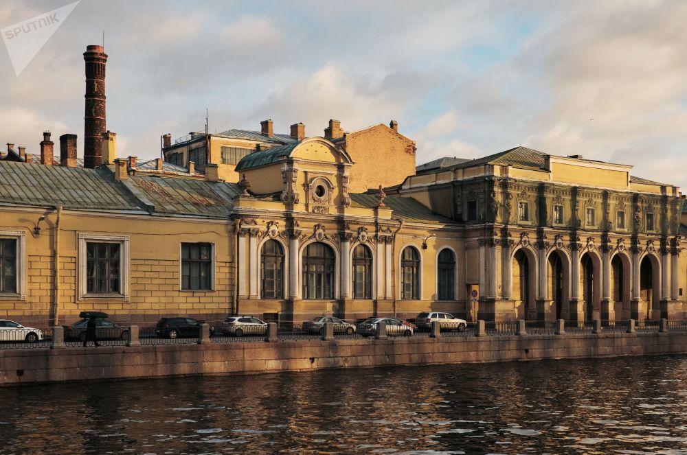 منظر لمجمع المباني في منطقة ساليانوي غورودوك من ضفة نهر فونتانكا في سان بطرسبورغ
