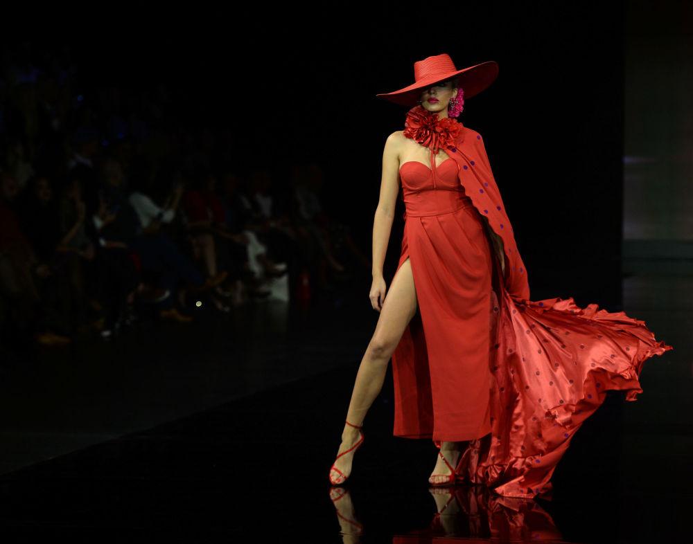 عارضات أزياء تقدم تصاميم فيرونيكا دي لا فيغا (eronica de la Vega) خلال عرض أزياء الفلامنكو الدولي (سيموف) (International Flamenco Fashion Show (SIMOF)) في إشبيلية، إسبانيا في 1 فبراير 2020.