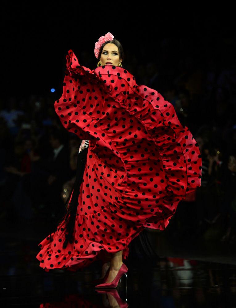 عارضات أزياء تقدم تصاميم أديلينا إنفانتيه (Adelina Infante) خلال عرض أزياء الفلامنكو الدولي (سيموف) (International Flamenco Fashion Show (SIMOF)) في إشبيلية، إسبانيا في 1 فبراير 2020.