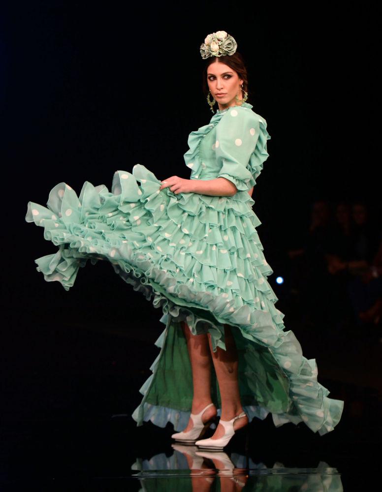 عارضات أزياء تقدم تصاميم كارمين رايموندو (Carmen Raimundo) خلال عرض أزياء الفلامنكو الدولي (سيموف) (International Flamenco Fashion Show (SIMOF)) في إشبيلية، إسبانيا في 1 فبراير 2020.