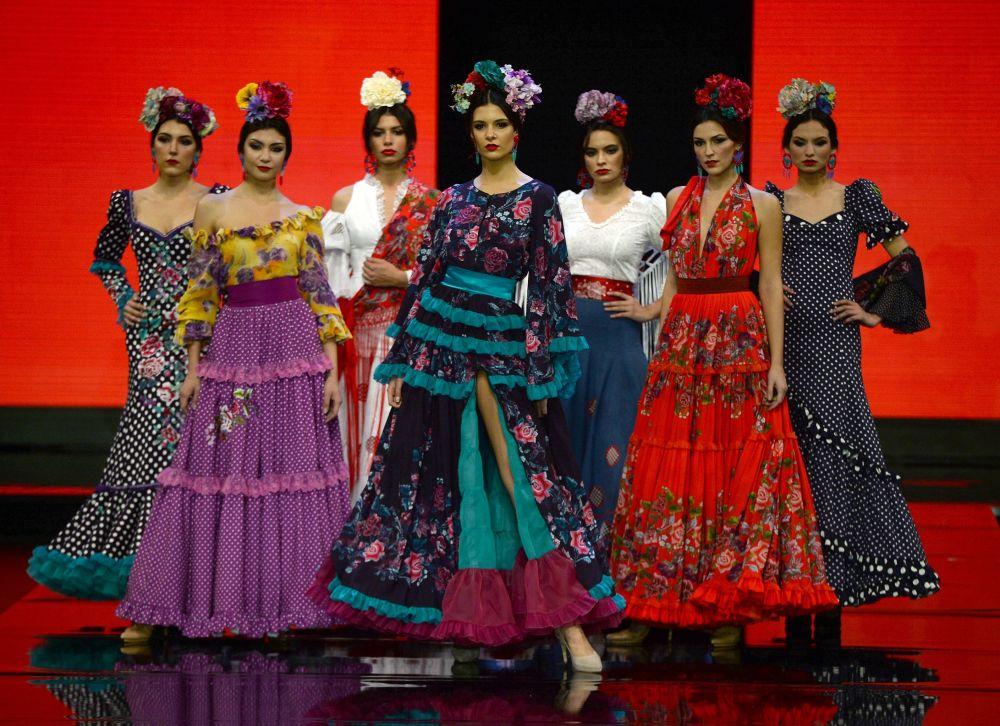 عارضات أزياء تقدم تصاميم أتيليه ريما (Atelier Rima) خلال عرض أزياء الفلامنكو الدولي (سيموف) (International Flamenco Fashion Show (SIMOF)) في إشبيلية، إسبانيا في 1 فبراير 2020.