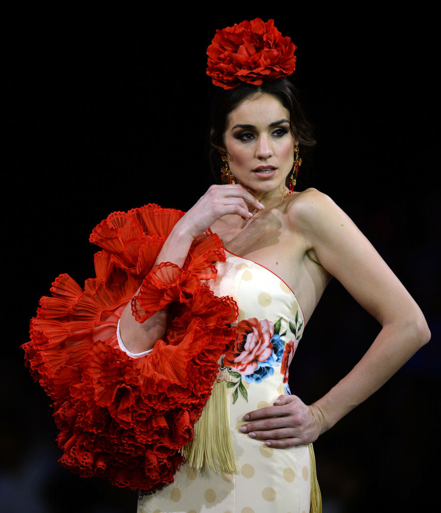 عارضات أزياء تقدم تصاميم تيريزا نينو (Teressa Ninu) خلال عرض أزياء الفلامنكو الدولي (سيموف) (International Flamenco Fashion Show (SIMOF)) في إشبيلية، إسبانيا في 1 فبراير 2020.