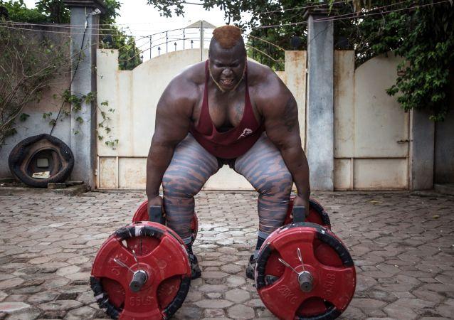 الشيخ سانو أقوى رجل في أفريقيا