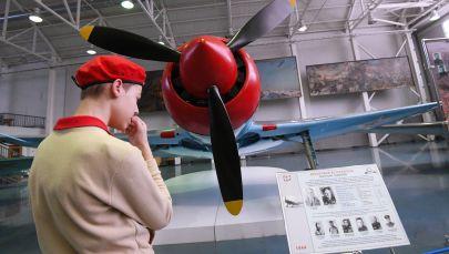 أحد أفراد جيش الفتيان يتفقد المقاتلة من طراز لافوتشكين لا-7، الذي حارب بها بطل الاتحاد السوفيتي إيفان كوجيدوب، وأسقط 17 طائرة من طائرات العدو، في المتحف المركزي للقوات الجوية في مونينو، 19 فبراير 2020