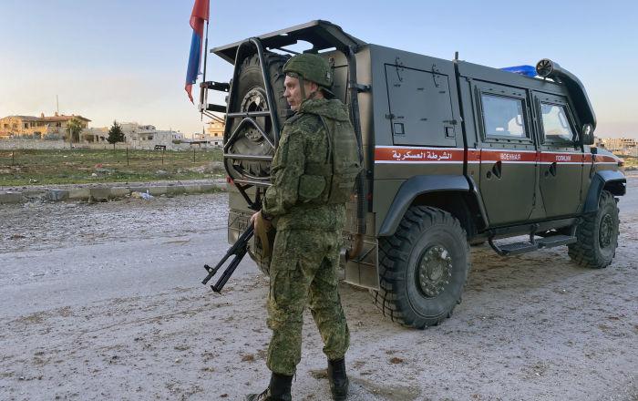 دورية عسكرية روسية تخترق الحواجز الأمريكية من دون توقف شمالي سوريا