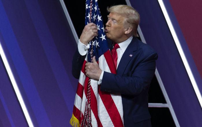 100 ألف حالة وفاة... ترامب يستجيب لدعوة بيلوسي وينكس الأعلام ثلاثة أيام