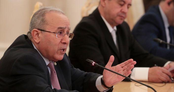 الأمين العام لجامعة الدول العربية يلتقي وزير خارجية الجزائر