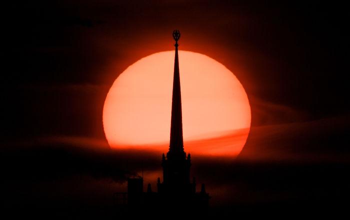 سهم ساطع باتجاه الشمس… ظاهرة فلكية ترصد بالعين المجردة في المنطقة العربية… صور