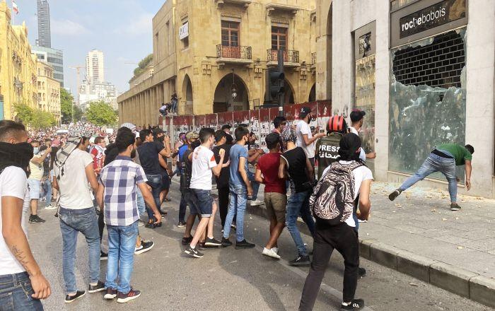 بالفيديو.. السلطات اللبنانية تعتدي على الصحفيين وسط بيروت