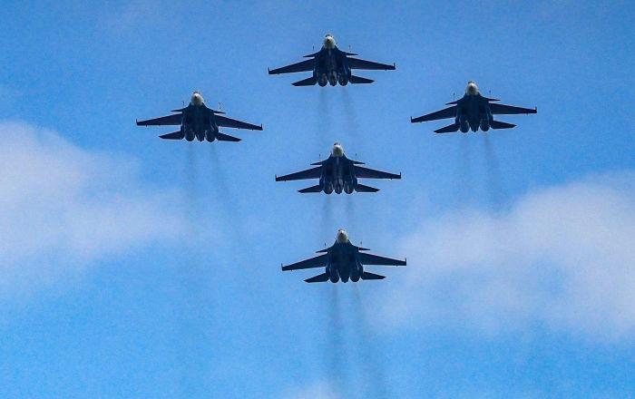 """مناورات بهلوانية للفرقة الروسية """"الفرسان الروس"""" باستخدام ثلاثة أنواع من الطائرات"""